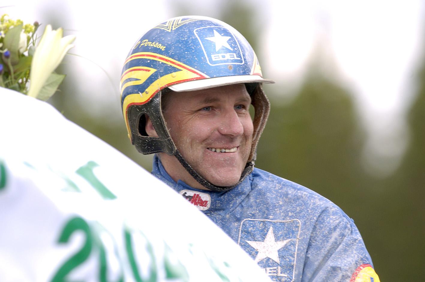 Jan-Olov Persson är landets bästa kallblodstränare. Förutom Järvsöfaks tränar han två av landets värsta segermaskiner. Gideon har nio raka segrar och Faksen J:r åtta raka triumfer.