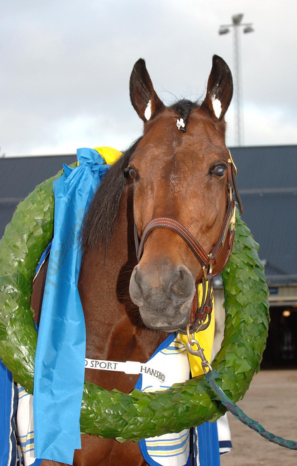 Victory Tilly poserar med ännu en segerkrans. Foto: Lars Jakobsson